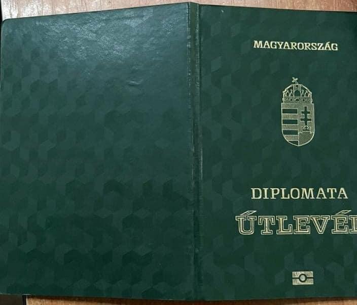 Українські прикордонники на Закарпатті затримали дипломата-громадянина Угорщини з контрабандою цигарок. За неофіційною інформацією, затриманий є також колишнім депутатом парламенту Угорщини.