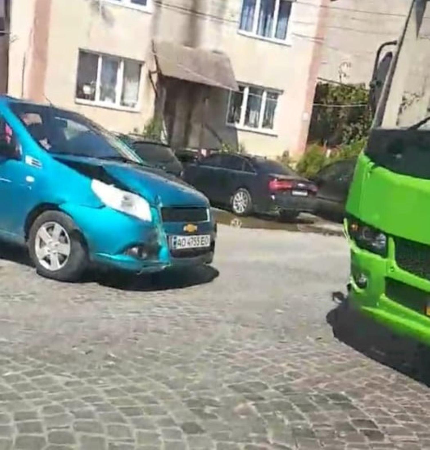 В Мукачеві дорогу не поділили легковий автомобіль та муніципальний автобус.