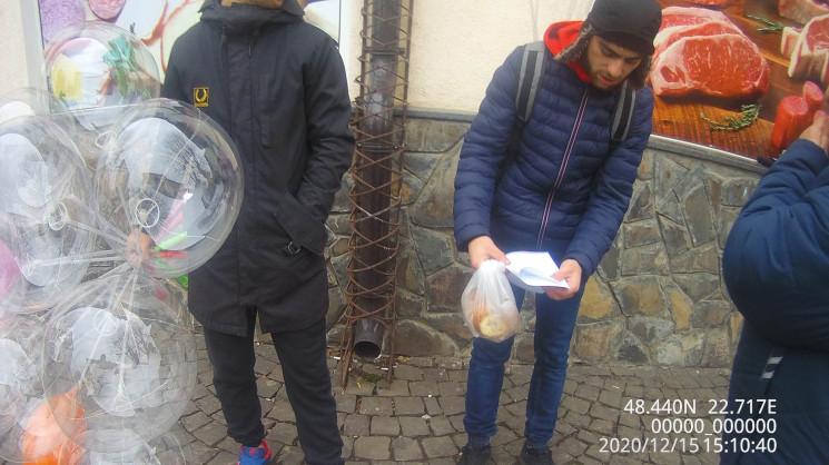 Инспекторы мукачевской городской инспекции составили административный протокол по городу одного из районов области, который торговал воздушными шарами в центре города.
