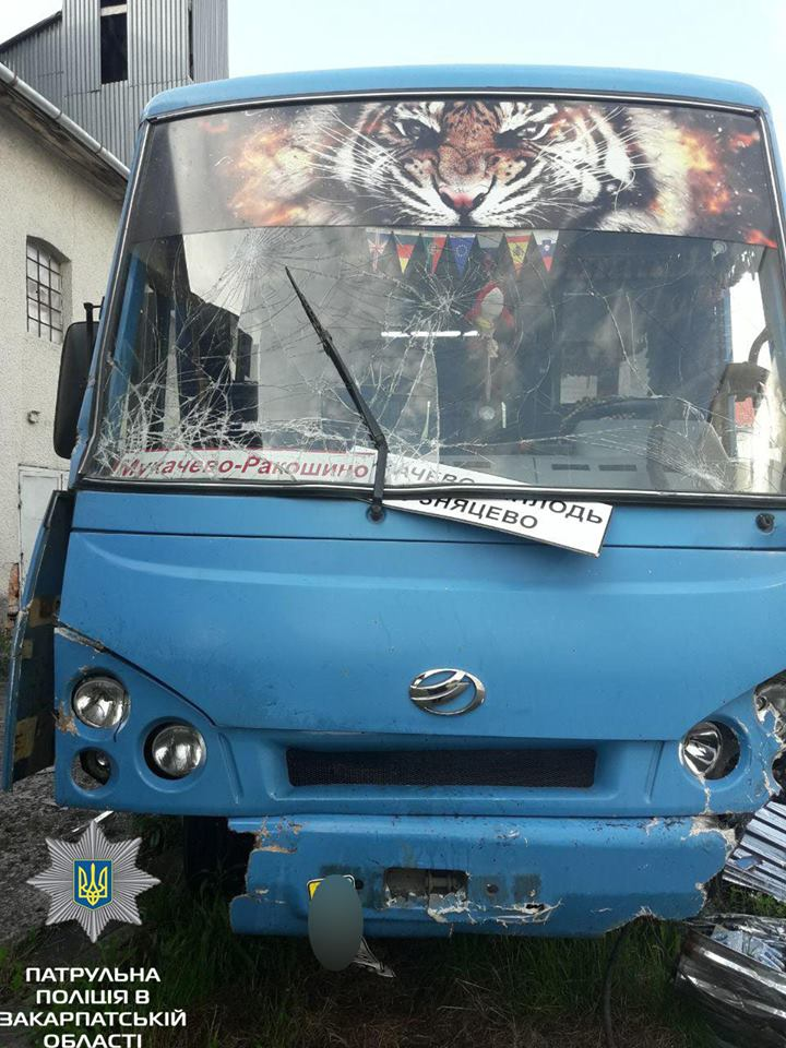 Моторошна ДТП на Закарпатті за участі автобуса та легковика: в поліції розповіли подробиці (ФОТО)