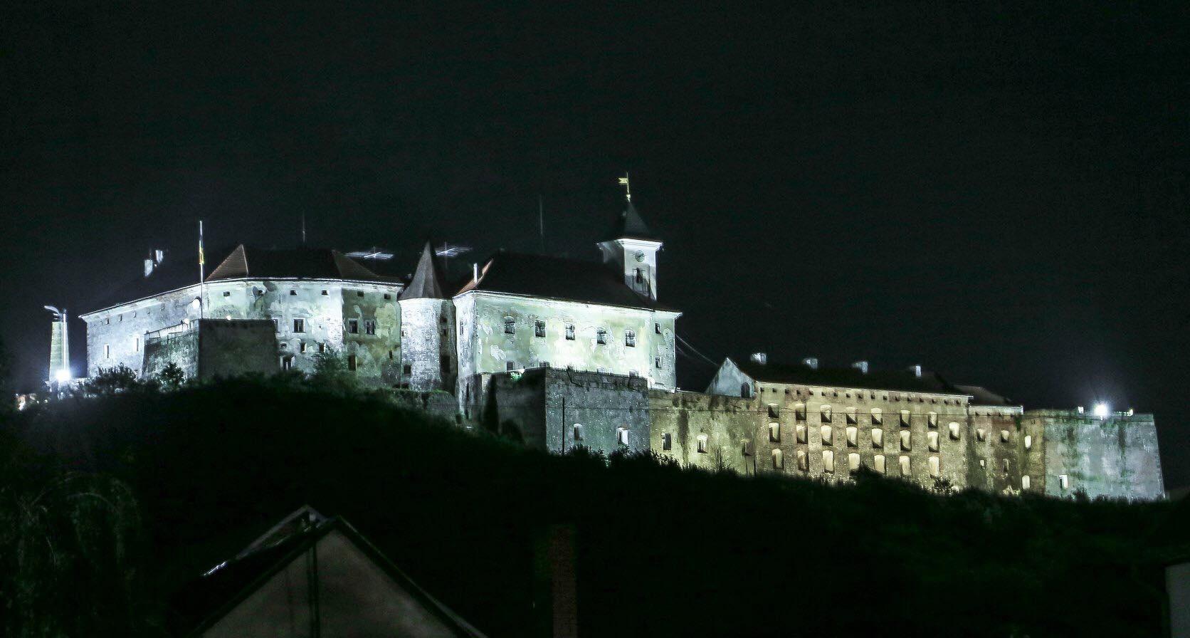 Фантастичне видовище: в Мукачеві показали освітлений замок «Паланок» (ФОТО)