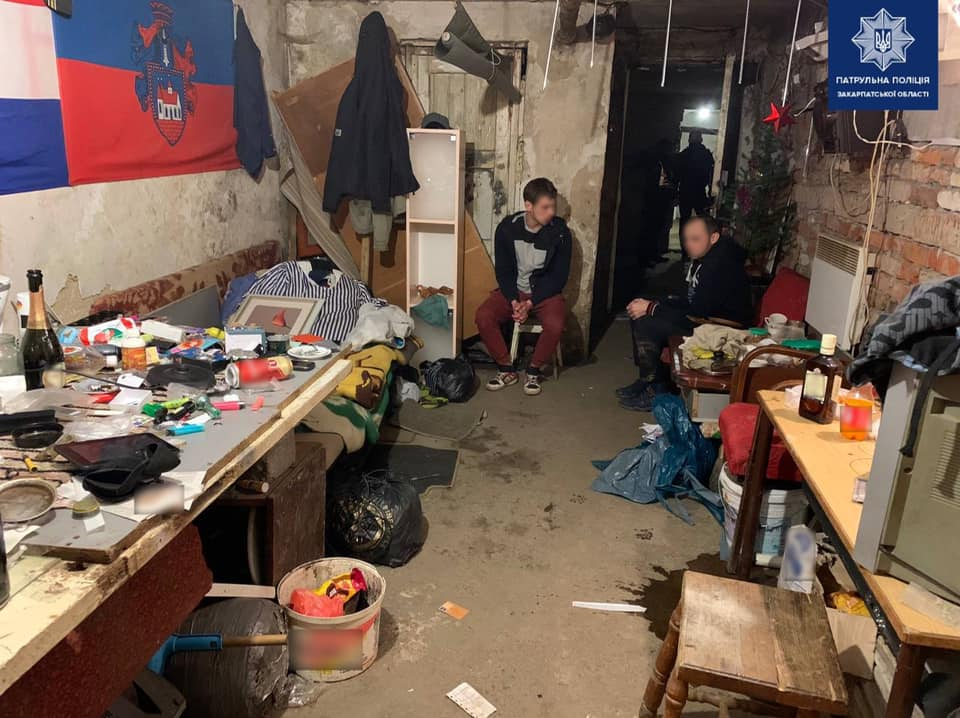 Ужгородські патрульні затримали чоловіків, які зберігали речовини схожі на наркотичні.