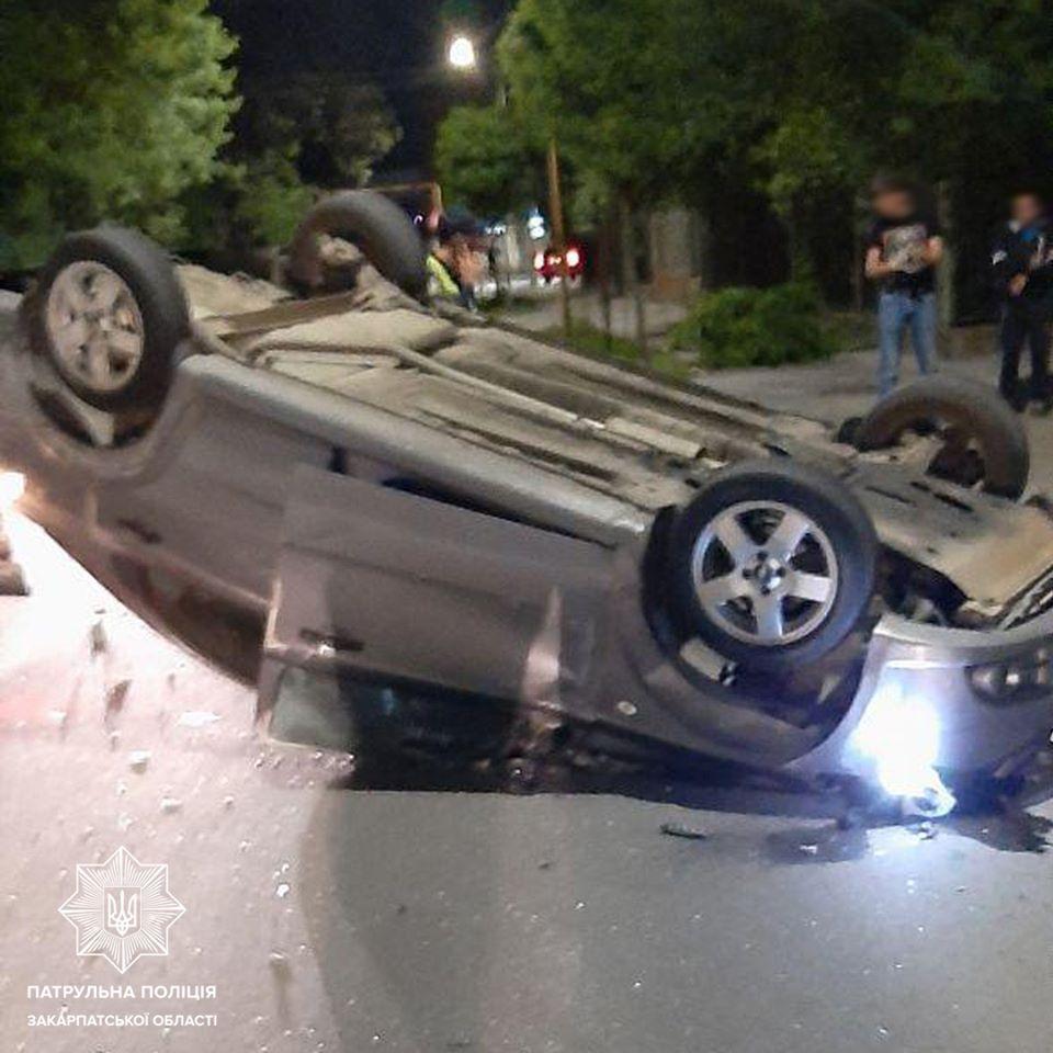 Сьогодні, близько опівночі, ужгородські патрульні отримали виклик про ДТП на вулиці Шумній.