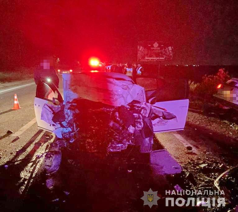 Внаслідок автоаварії постраждали троє учасників ДТП: жінка-водій знаходиться в реанімації, а  її чоловік, який був пасажиром, та водій іншого авто «Volkswagen Passat» померли на місці.