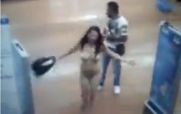 Дівчина зняла весь свій одяг під час розмови з охоронцем магазину. Можливо, покупниця так довела, що нічого не вкрала.