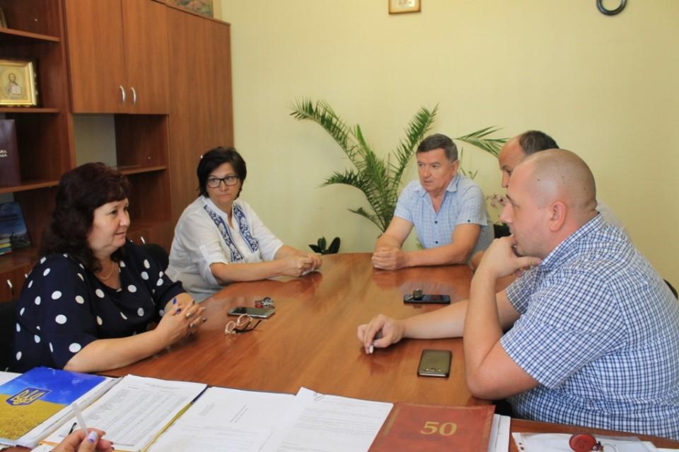 У Виноградівській райдержадміністрації шукають шляхи вирішення проблеми відсутності вивозу сміття з населених пунктів району.