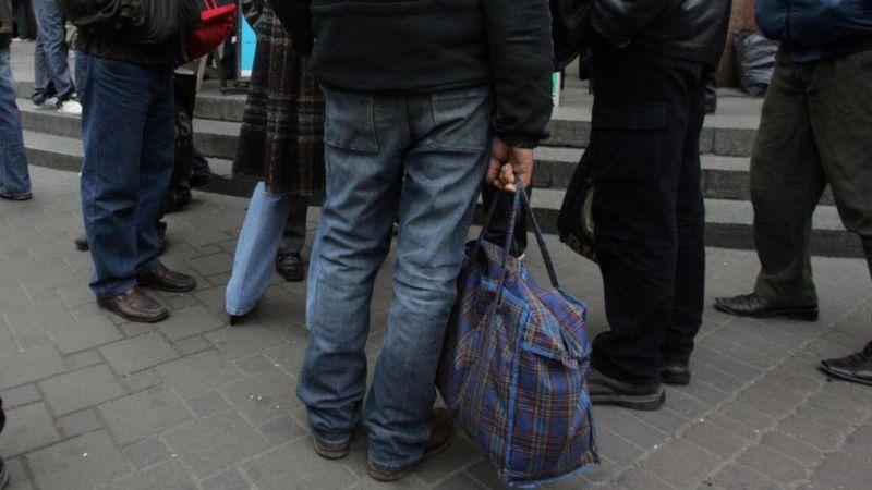 Пандемия перевернула миграционные процессы в Европе - мигранты из Восточной Европы, которые недавно массово перебрались на запад в поисках лучшей жизни, возвращаются домой, пишет британский еженедельник Economist