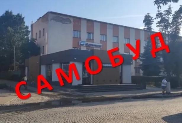 Раніше Виноградівська міська рада дозволила приватизацію самовільно збудованого магазину, який, згідно історико-архітектурного опорного плану, звели в охоронній зоні пам'яток з обмеженим будівництвом.