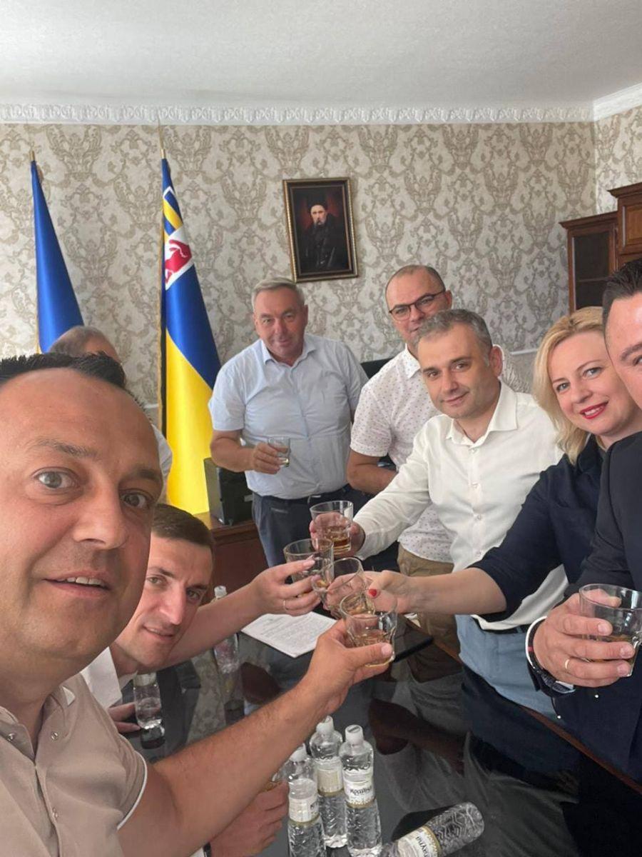 Заступники голови обласної ради у робочий час і в кабінеті розпивали напої, проігнорувавши засідання сесії, на якій їх звільняли.