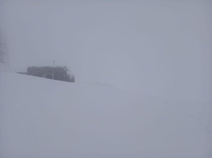 На горі Піп Іван Чорногірський (одна з найвищих вершин Українських Карпат, на межі Івано-Франківської та Закарпатської областей) сьогодні, 26 квітня, спостерігаються опади у вигляді снігу.