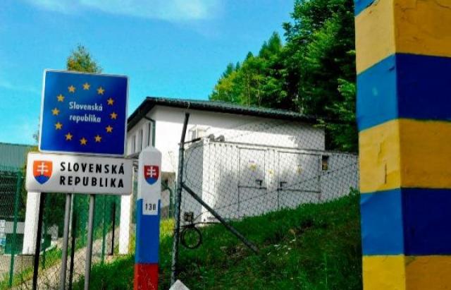 Представники Закарпатської ОДА разом зі словацькими дипломатами обговорили системне скупчення вантажного транспорту на автодорозі державного значення М-08 біля КПП.