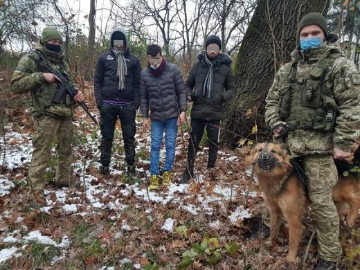 Чергових «шукачів кращої долі» затримали сьогодні на світанку прикордонники Чопського загону неподалік села Сторожниця.