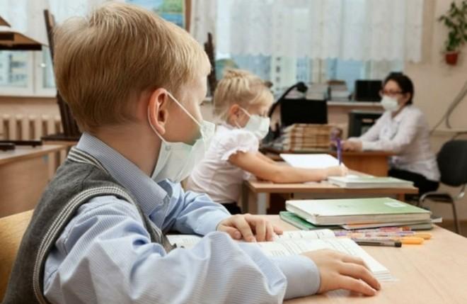 З понеділка в Україні знімають жорсткі карантинні обмеження, тому школи та університети повертаються до очного навчання.