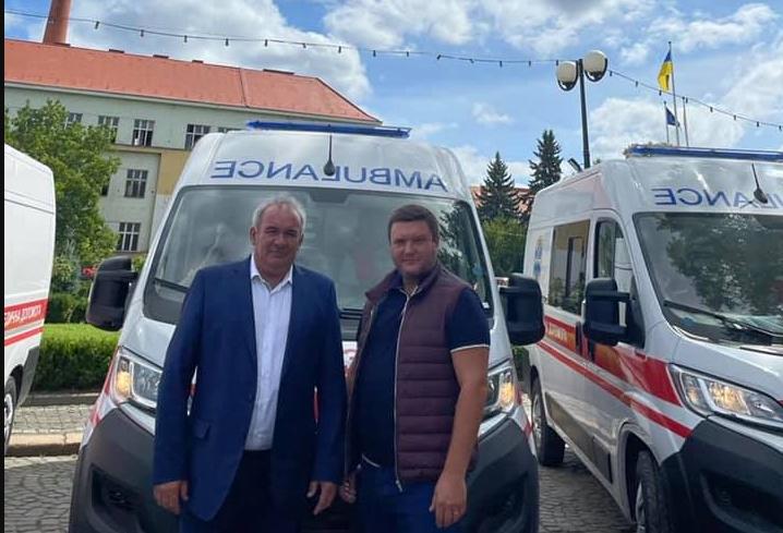 Сьогодні Закарпаття отримало 19 нових автомобілів швидкої допомоги. 10 з них закуплені НСЗУ (Національна служба здоров'я України), а 9 - Міністерством охорони здоров'я.