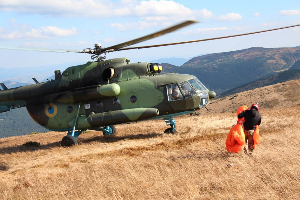 Вперше за роки незалежності українські військові рятувальники здійснили стрибки з парашутом на найвищу точку України — гору Говерлу.