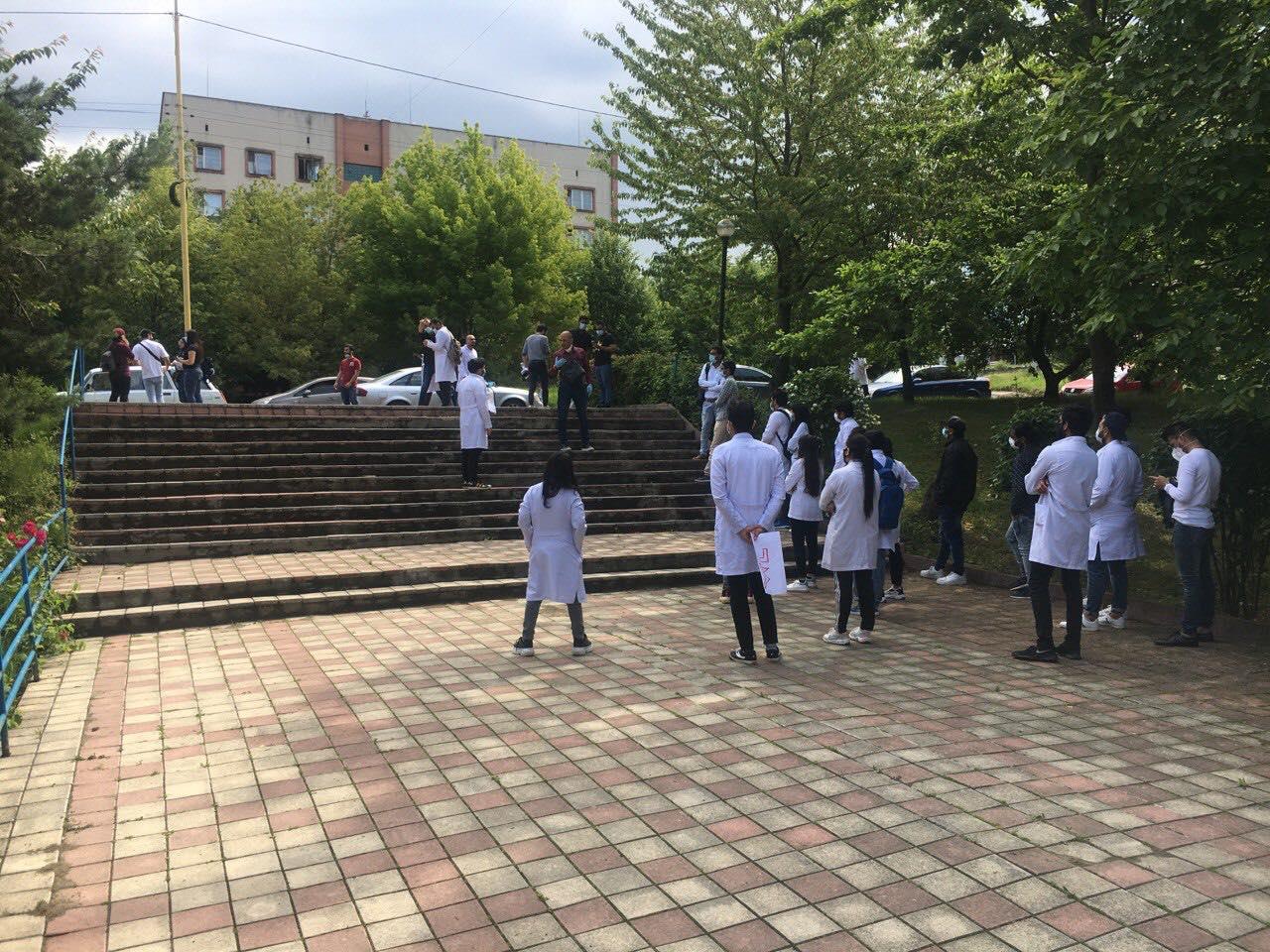 Перед входом до будівлі Медичного факультету 2 УжНУ зібрались десятки іноземних студентів.