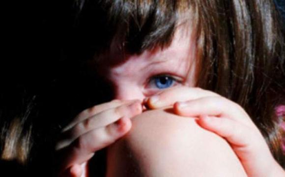 В Івано-Франківській області 65-річний чоловік упродовж восьми місяців ґвалтував 11-річну дитину. Дівчинка завагітніла та народила немовля.