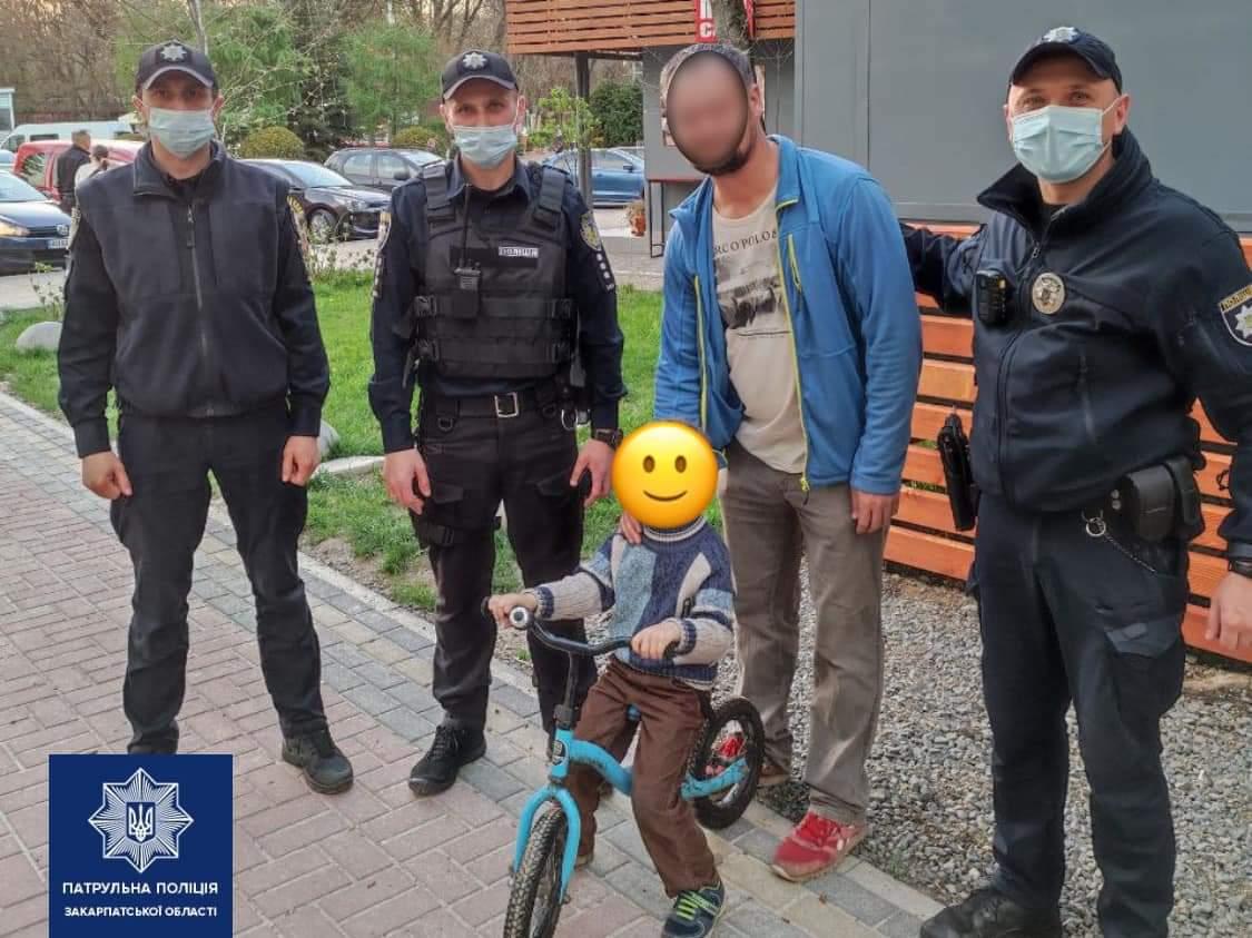 В Ужгороді патрульні розшукали хлопчика, який загубився у парку.