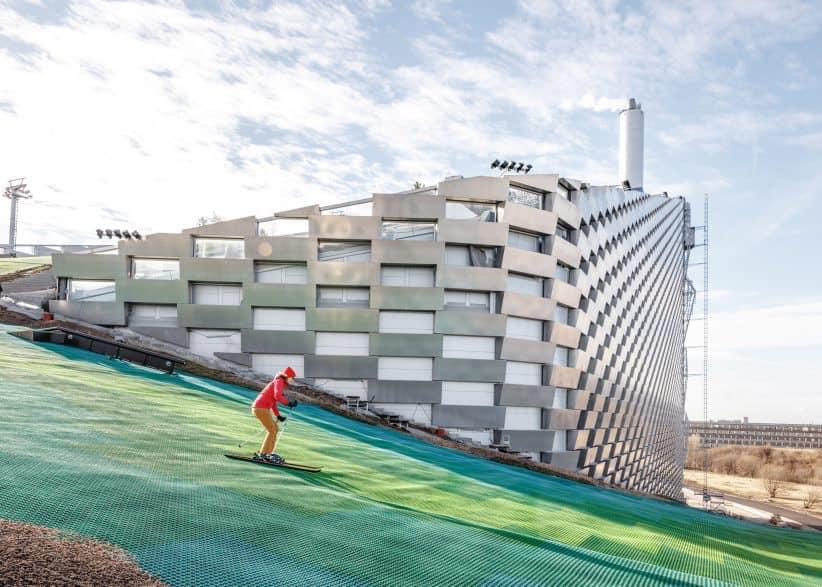 На даху сміттєспалювального заводу у Копенгагені відкрили гірськолижну трасу, будівництво якої тривало 10 років. Вона буде доступною спортсменам та туристам протягом у всі сезони.