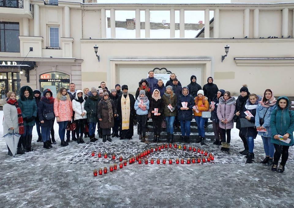 На площі Театральній працівники міського центру соціальних служб для сім'ї, дітей та молоді (директор Іван Фленько), долучилися до акції й студенти.