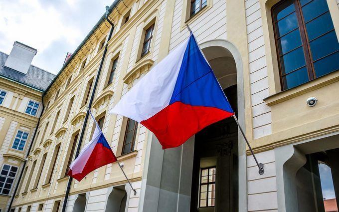 Чехія вирішила зрівняти кількість співробітників російського посольства у Празі з кількістю співробітників чеського посольства у Москві, що означає висилку ще близько 70 співробітників.