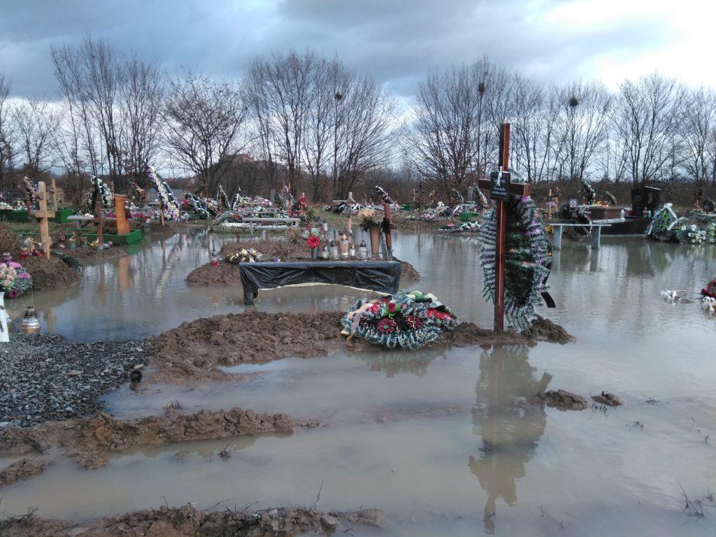 """У Мукачеві – могили у воді. Міське кладовище, яке знаходиться у мікрорайоні """"Паланок"""", підтопило внаслідок інтенсивних опадів та талих вод."""
