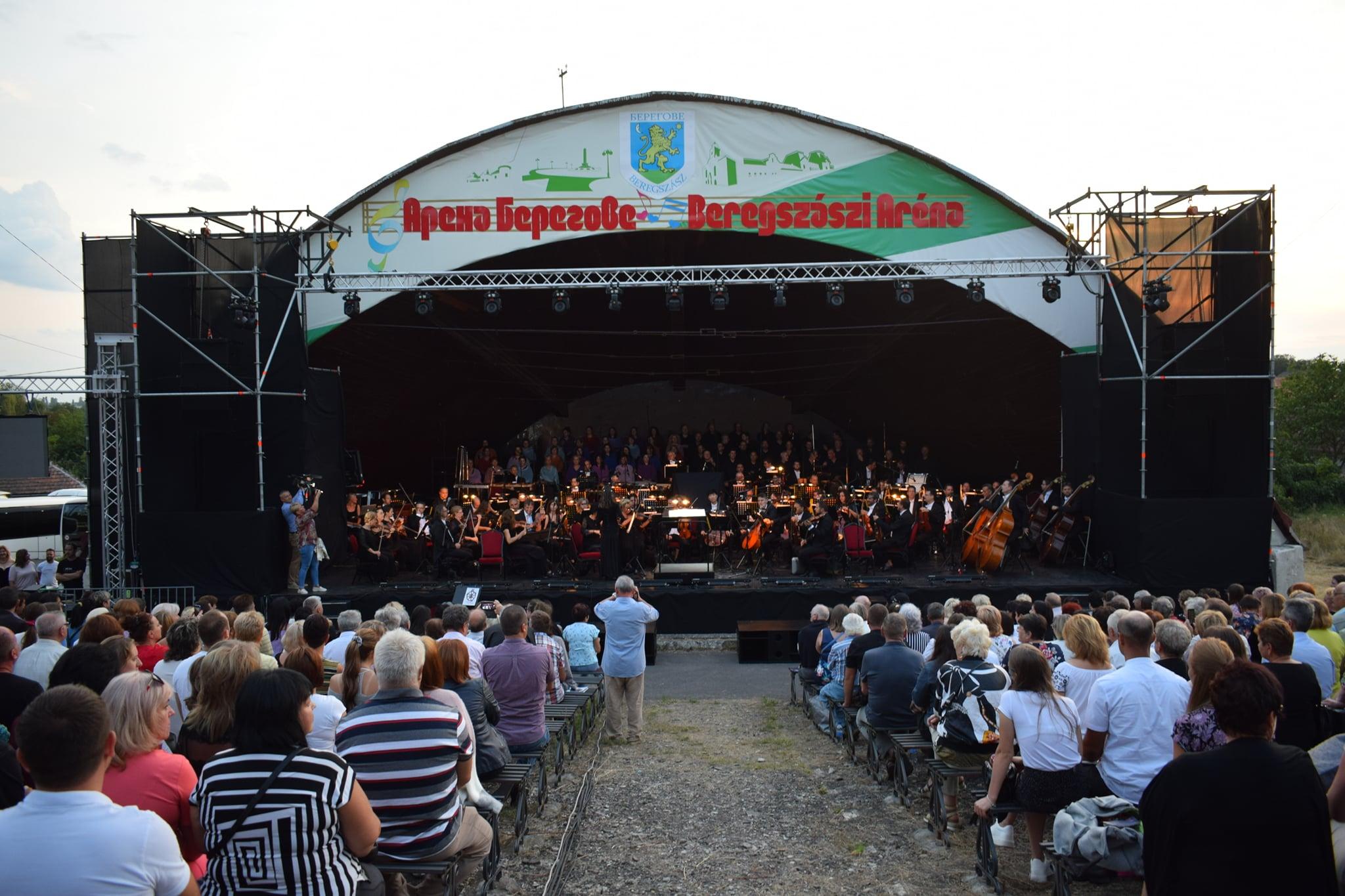 На сцені амфітеатру «Арена Берегове» відбулася вистава «Карміна Бурана» у яскравому виконанні Угорського державного оперного театру.