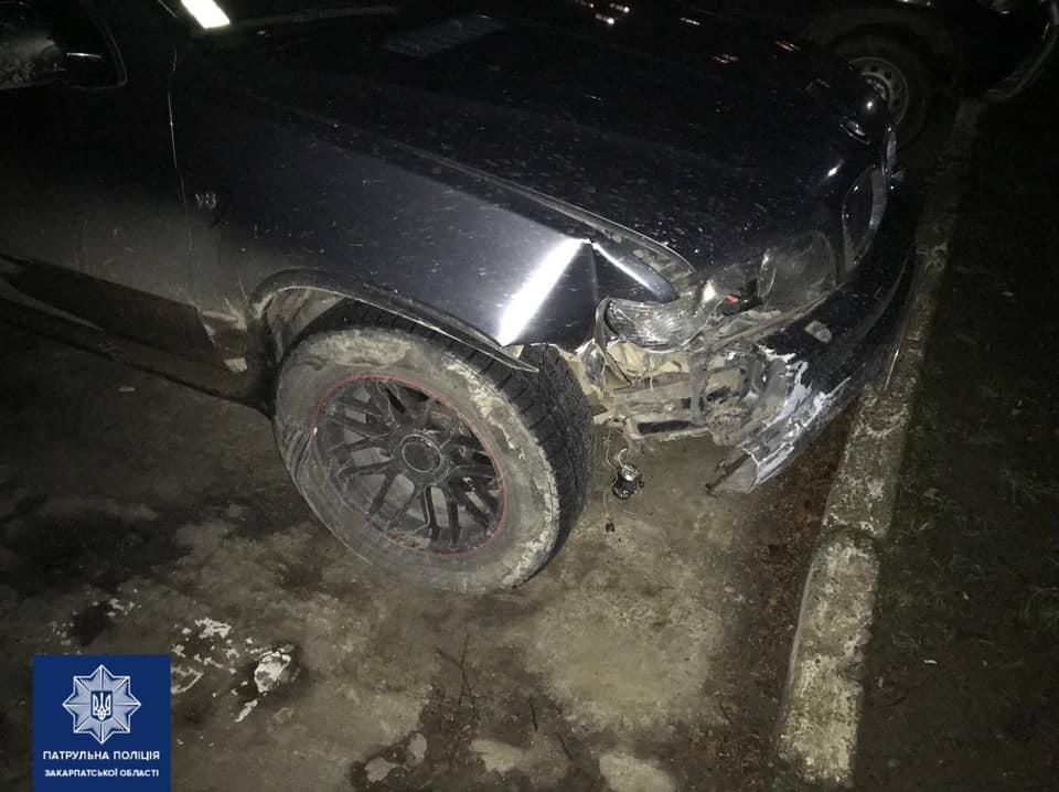 Трапилось це вчора, близько 21-ї години в Ужгороді. Охоронцям порядку надійшов виклик про ДТП без потерпілих на площі Петефі.