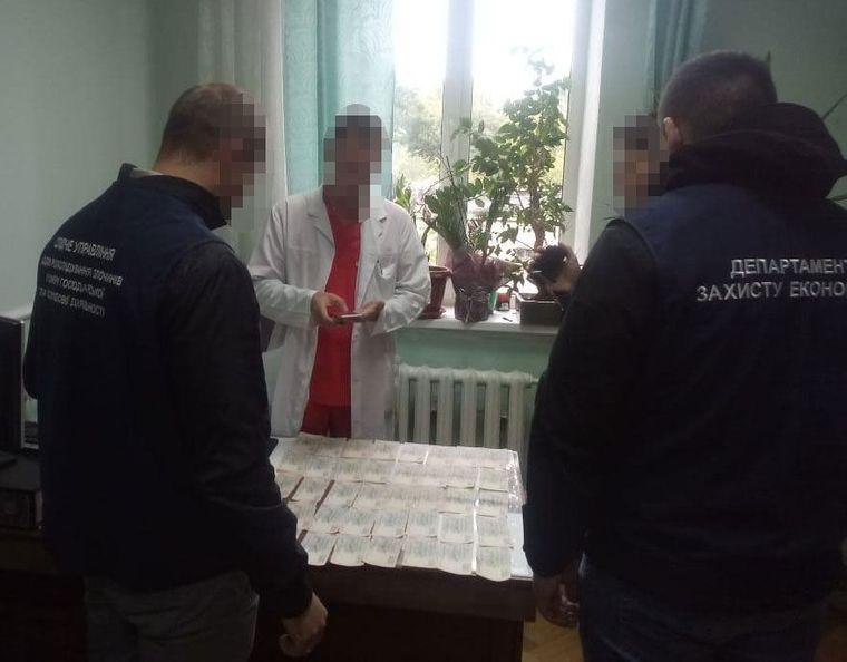 У Києві правоохоронці викрили лікарів Інституту раку на вимаганні хабарів від онкохворих за призначення безкоштовних ліків.