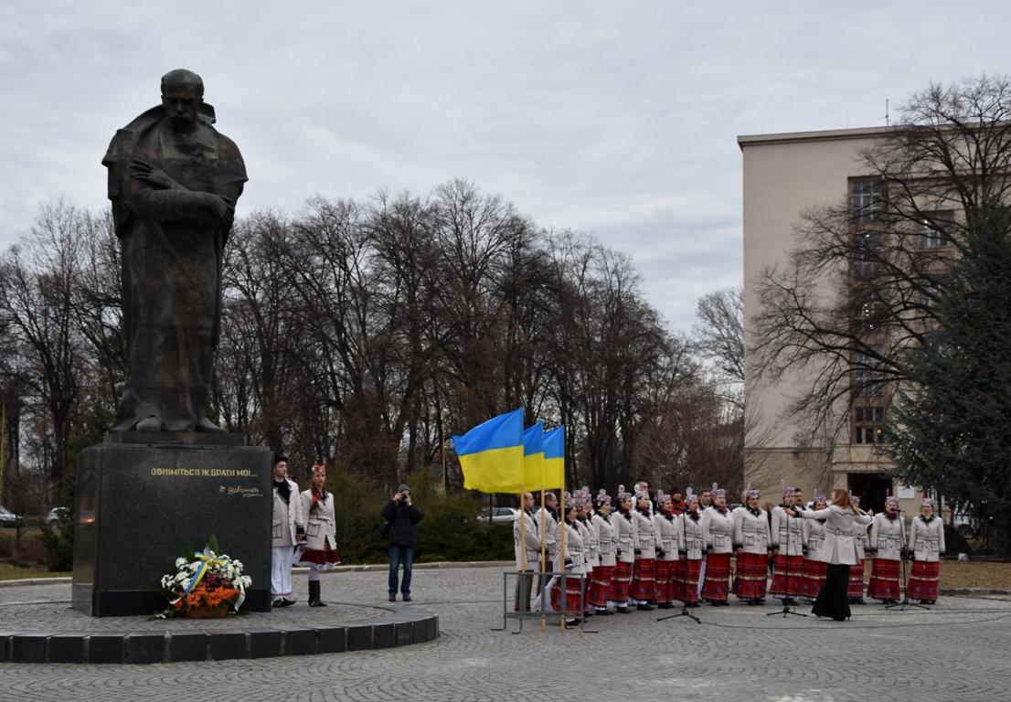 Сьогодні, 9 березня, на площі Народній в Ужгороді відбувся урочистий захід з нагоди відзначення 207-ої річниці від дня народження Тараса Григоровича Шевченка.