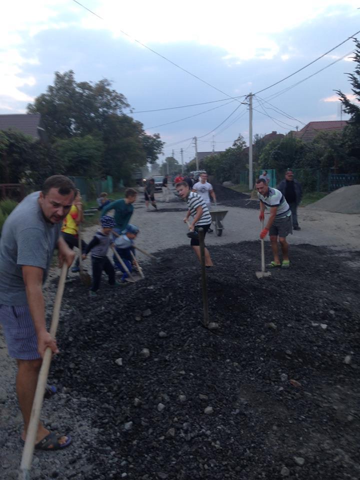 Не дочекались від влади. Жителі вулиці Загорської в Ужгороді власноруч ремонтують дорогу