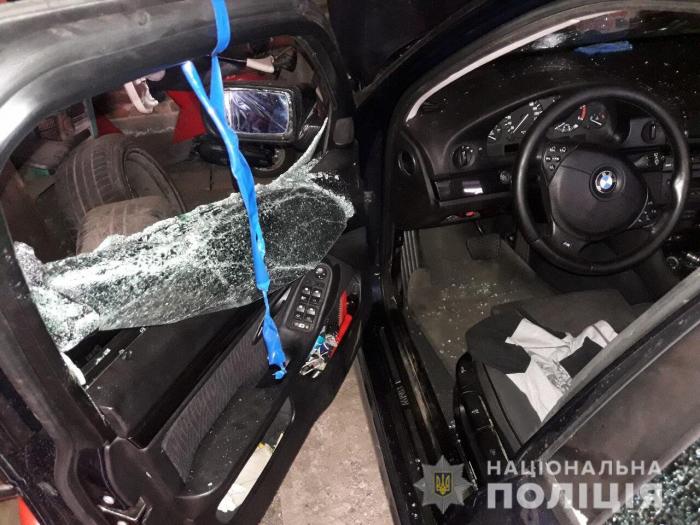 Співробітники Хустського відділу поліції встановили особу чоловіка, який у центрі міста пошкодив камінням автомобіль та вітрину продуктового «АВС».