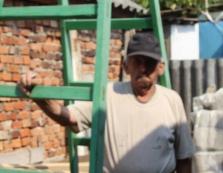 80-літній виноградівець Михайло Дудаш майструє дерев'яні драбини / ВІДЕО