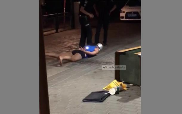 Чоловік розгромив літній майданчик фастфуду і розпорошив газовий балончик в автомобіль, який стояв неподалік.