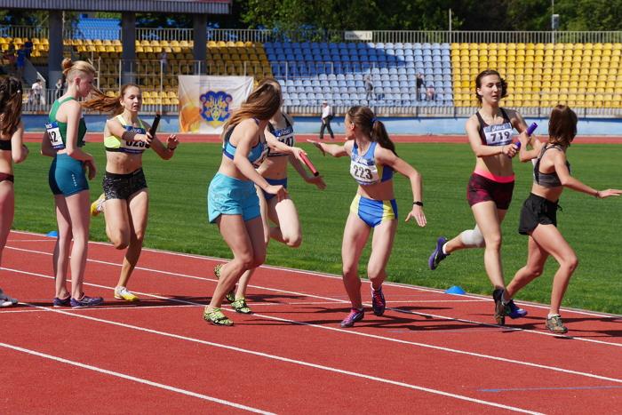 В Ужгороді на реконструйованих легкоатлетичних доріжках стадіону «Авангард» триває чемпіонат України з естафетного бігу.
