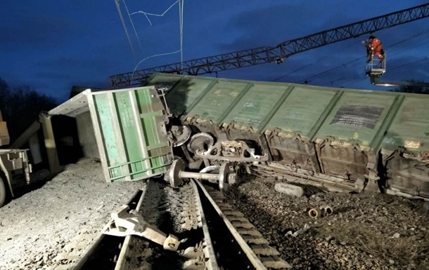 В Укрзалізниці повідомили, що фрагменти рами візка одного з вагонів знайшли в декількох кілометрах від місця аварії.