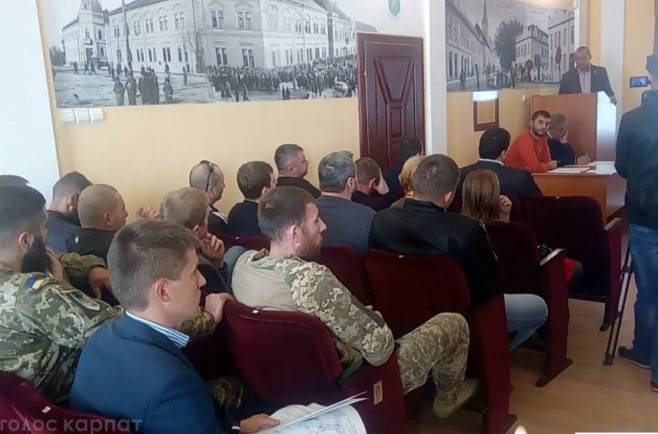 """Берегівська міська рада в останню хвилину зняла з порядку денного чергової сесії скандальні питання про """"гнівну"""" відповідь Президенту і дерибан 10 га землі"""