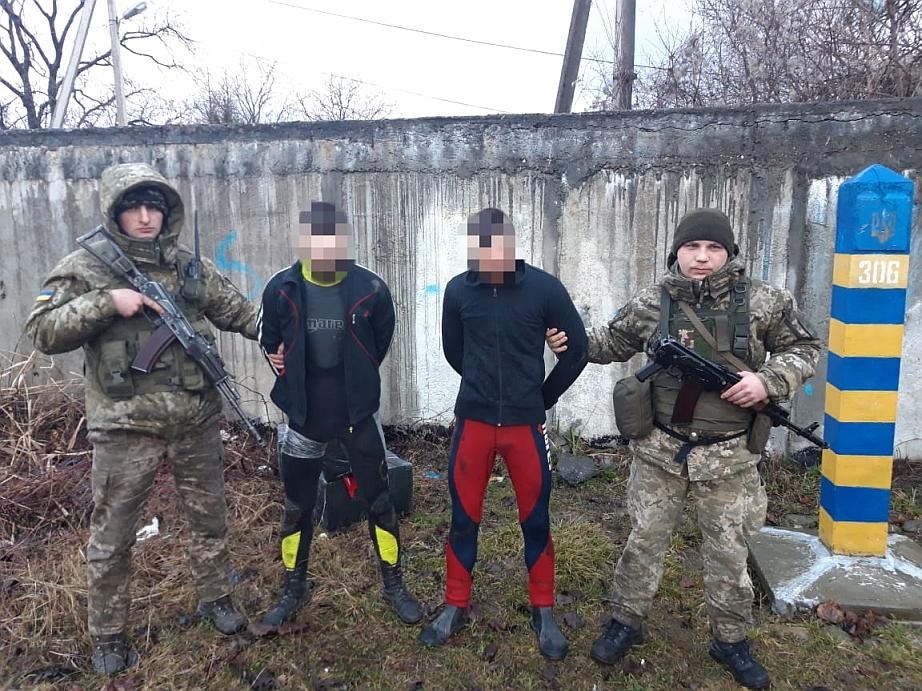Незаконному переміщенню через українсько-румунський кордон тютюнової контрабанди запобігли сьогодні вранці прикордонники на Закарпатті.