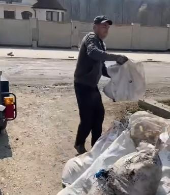 Мешканцям села Колодне Углянської громади, мішки з мусором привіз голова Буштинської громади.