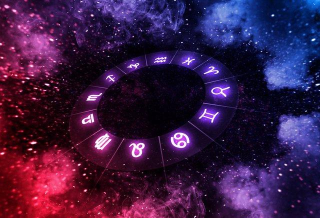 Гороскоп на сьогодні, 20 вересня 2021 року, прогнозує Стрільцям спокійний день. Дівам радять ризикувати і йти вперед до здійснення мрій.