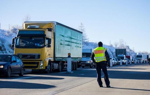 Після запровадження обмежень на перетин кордону між Чехією та Німеччиною вишикувалися багатокліометрові черги вантажівок. Експедитори попереджають про збої в ланцюгах поставок.