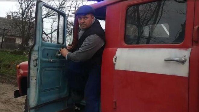 На Рівненщині селянин з власної ініціативи закінчив курси пожежників, купив списану спецавтівку і виїздить на гасіння пожеж разом з професійними рятувальниками.