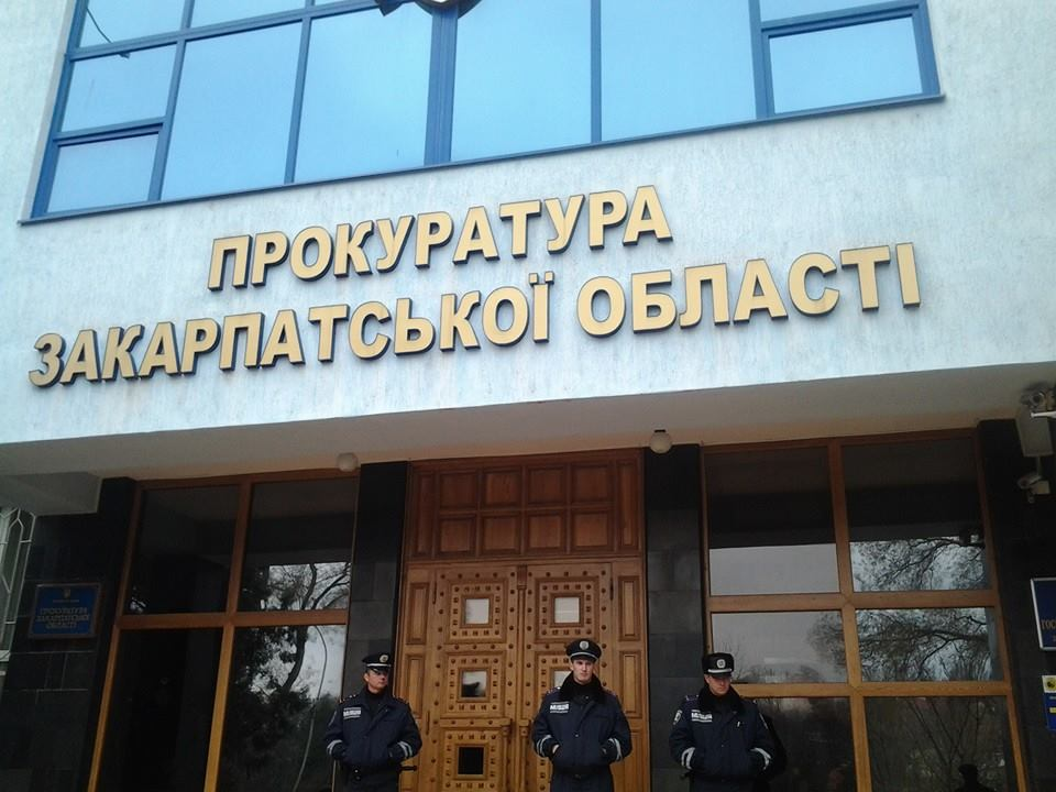 Наразі лідеру партії закарпатських угорців КМКС Василю Брензовичу обласна прокуратура ще не вручила повідомлення про підозру за результатами обшуків.