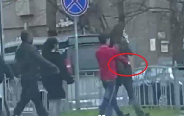 У мережі опублікували відеоролик, на якому знято момент крадіжки у перехожої прямо на вулиці.