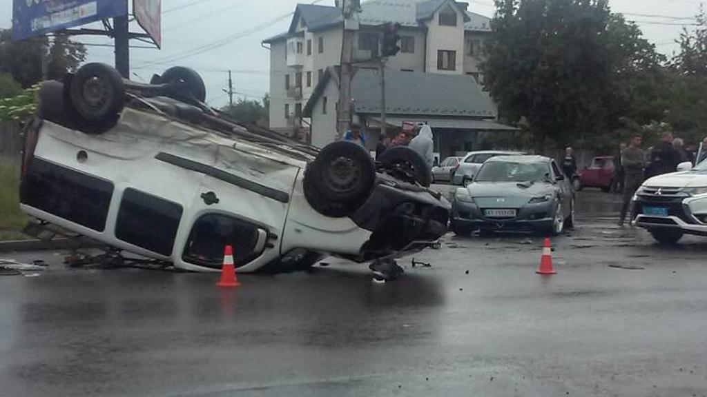 Потрійна ДТП на Прикарпатті: водія викинуло з автомобіля