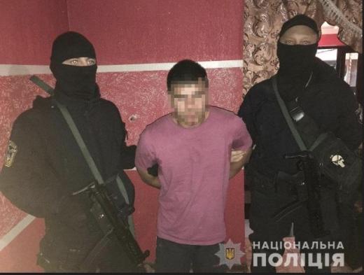 35-летний житель села Русское Комаривцы оказал вооруженное сопротивление сотрудникам полиции, которые провели санкционированный судом обыск.