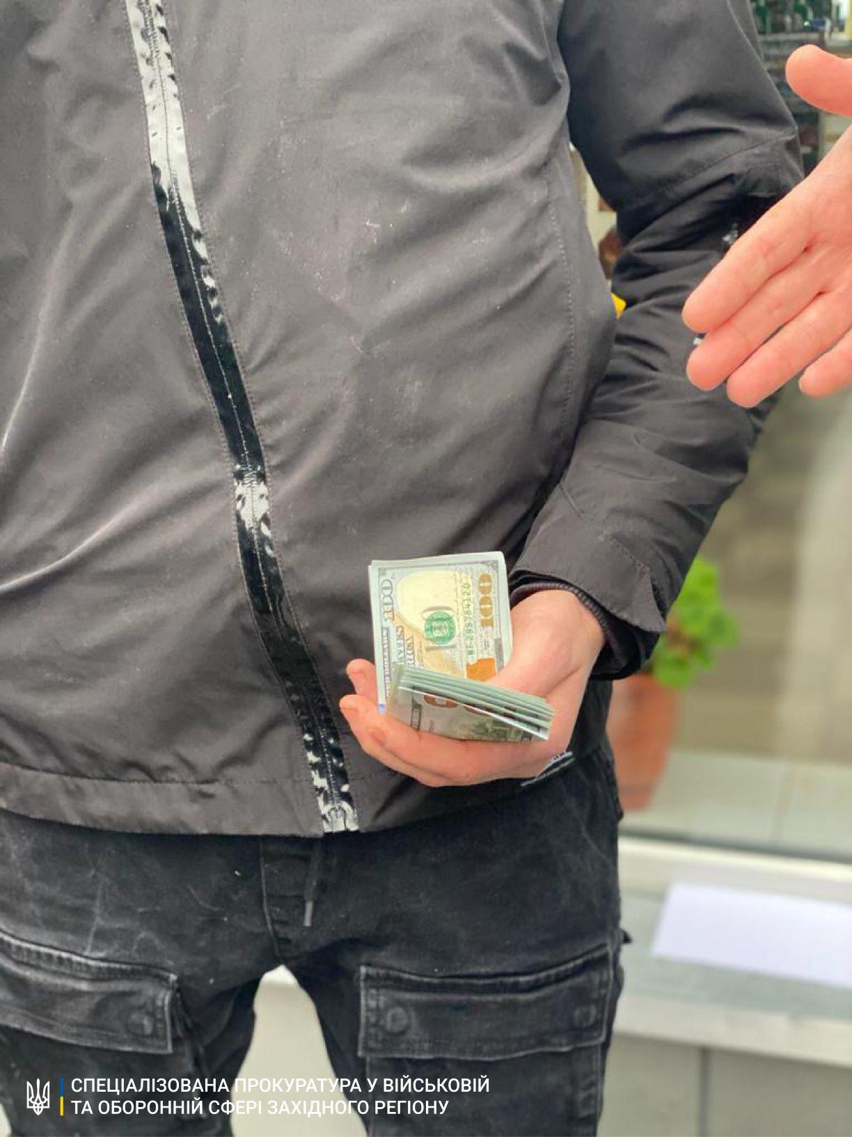 Прикордонник підозрюється в отриманні хабаря за сприяння контрабандисту в переміщенні до Румунії тютюнових виробів.