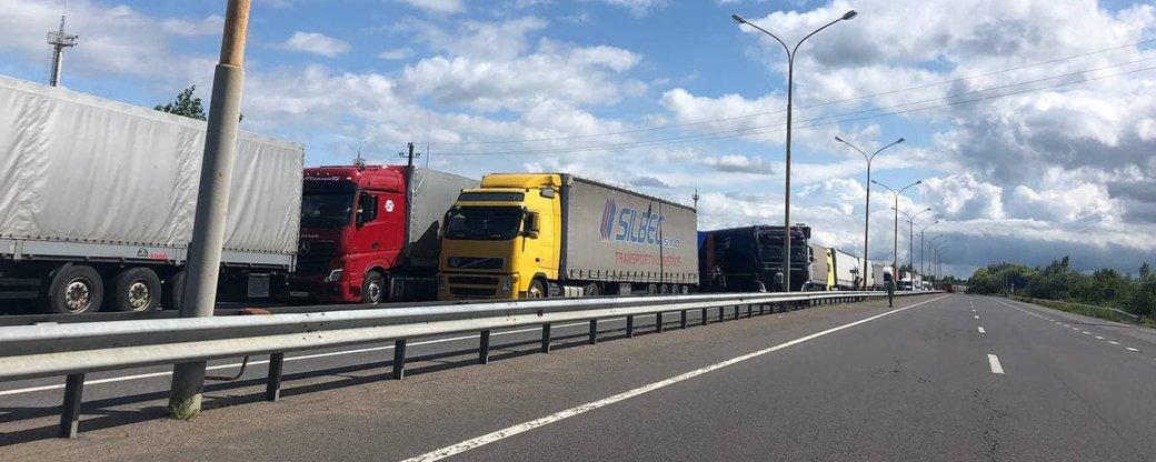 Близько 350 вантажівок стоять у черзі до КПП