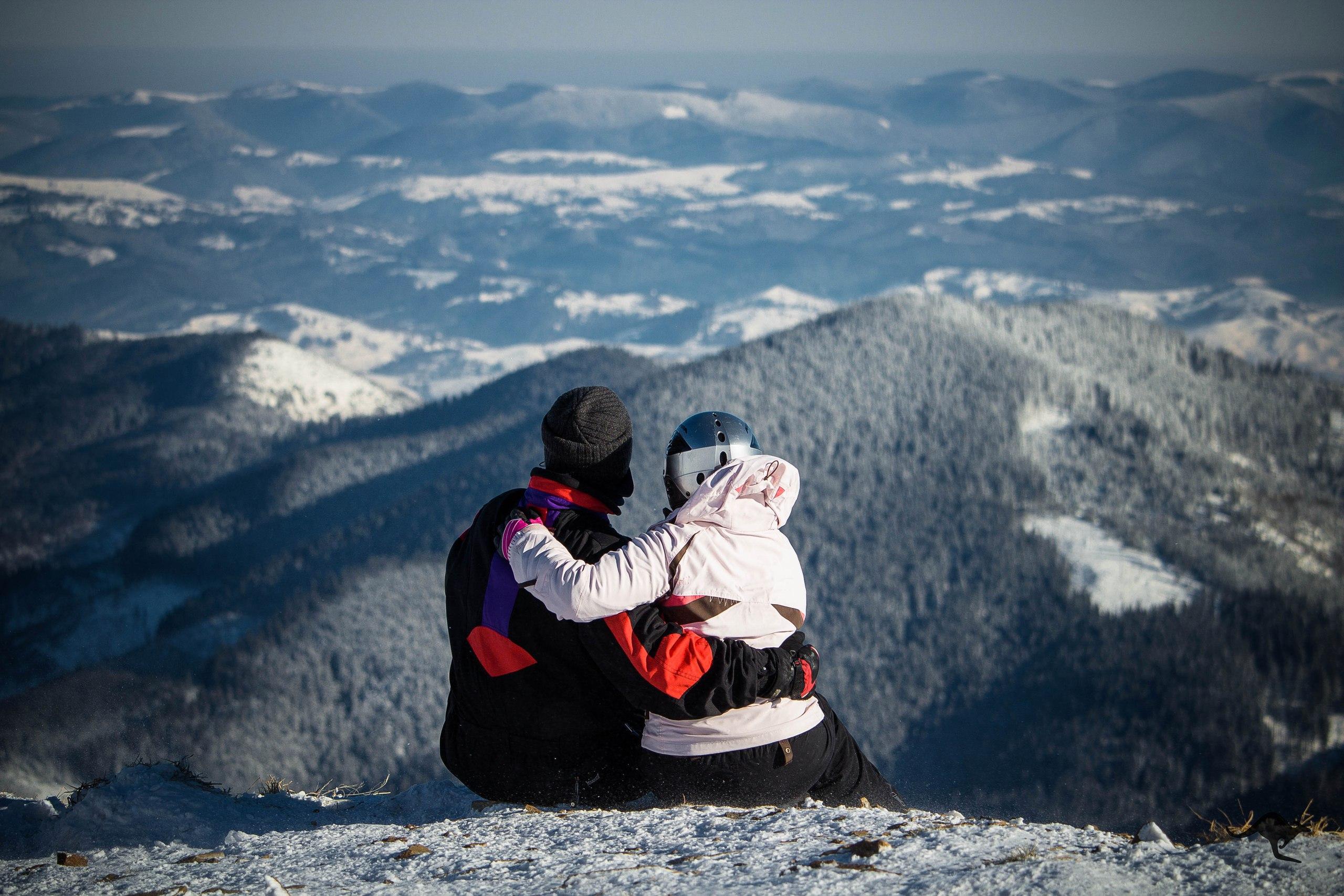 Офіційно на Закарпатті 3 грудня стартував зимовий гірськолижний сезон: мороз дозволив засипати штучним снігом витяги, і низка курортів готові приймати перших лижників уже на цих вихідних.