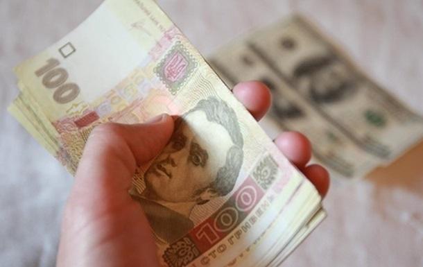 На міжбанку курс долара в продажу впав на 1 копійку - до 26,94 гривень за долар, курс в купівлі також знизився на 1 копійку - до 26,91 гривень за долар.